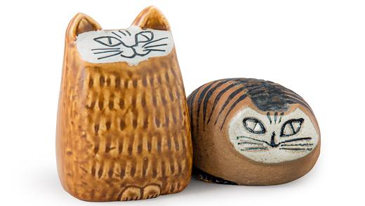 Katter i stengods, Lisa Larson. Gustavsberg 1965 respektive 1956, höjd 5,5–10 cm. Privat ägo. Foto: Mikael Lammgård/Röhsska museet