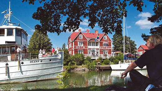 M/S Diana på Göta kanal i Borensberg framför välkända Göta Hotell. Foto: Göran Billeson.