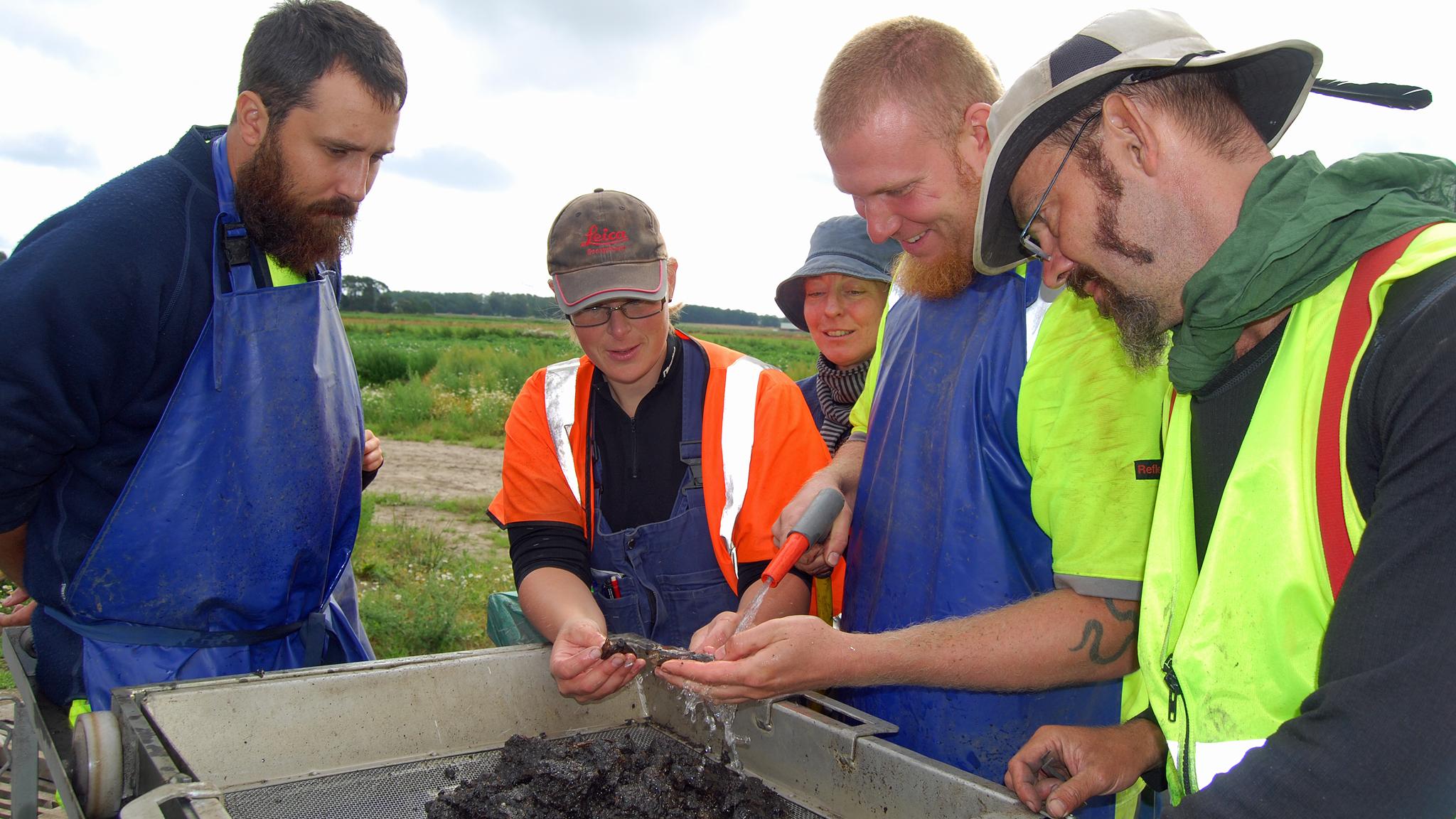Osteologen Adam Boethius med några av arkeologerna på utgrävningen av Norje-Sunnansund. Foto: Lunds universitet